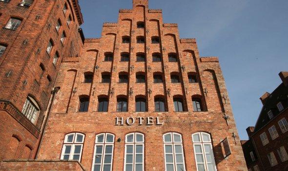 Backsteingiebel des Hotelgebäudes