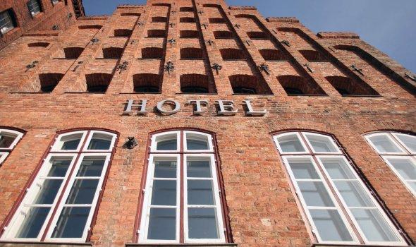 Giebelfront des Hotelgebäudes