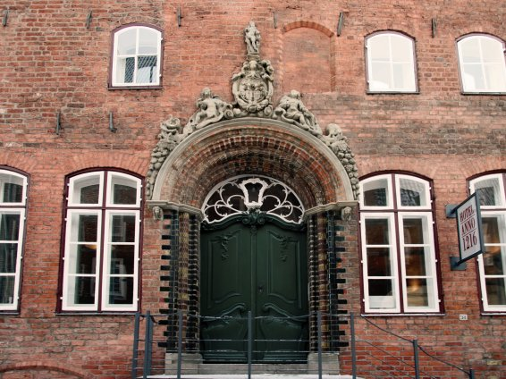 Renaissance-Formstein-Portal mit Rokokotür