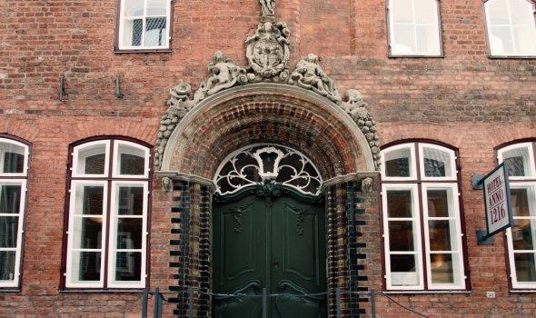 Hoteleingang – Renaissance-Formstein-Portal mit Rokokotür